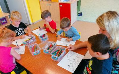 Děti malují seniorům k Vánocům