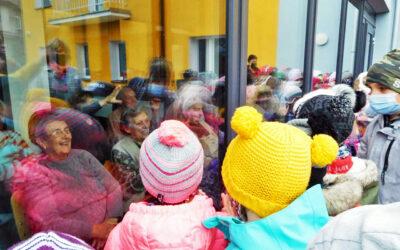 Děti o Vánocích potěšily seniory tisíci přáníček a dárků